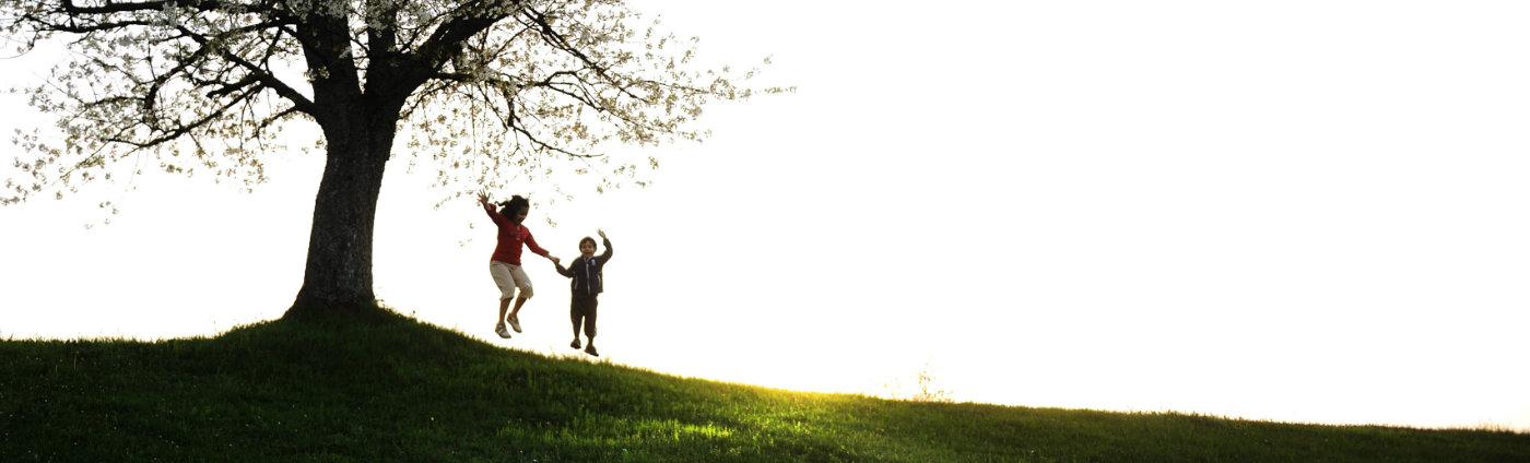 kids-under-tree-1400x4251